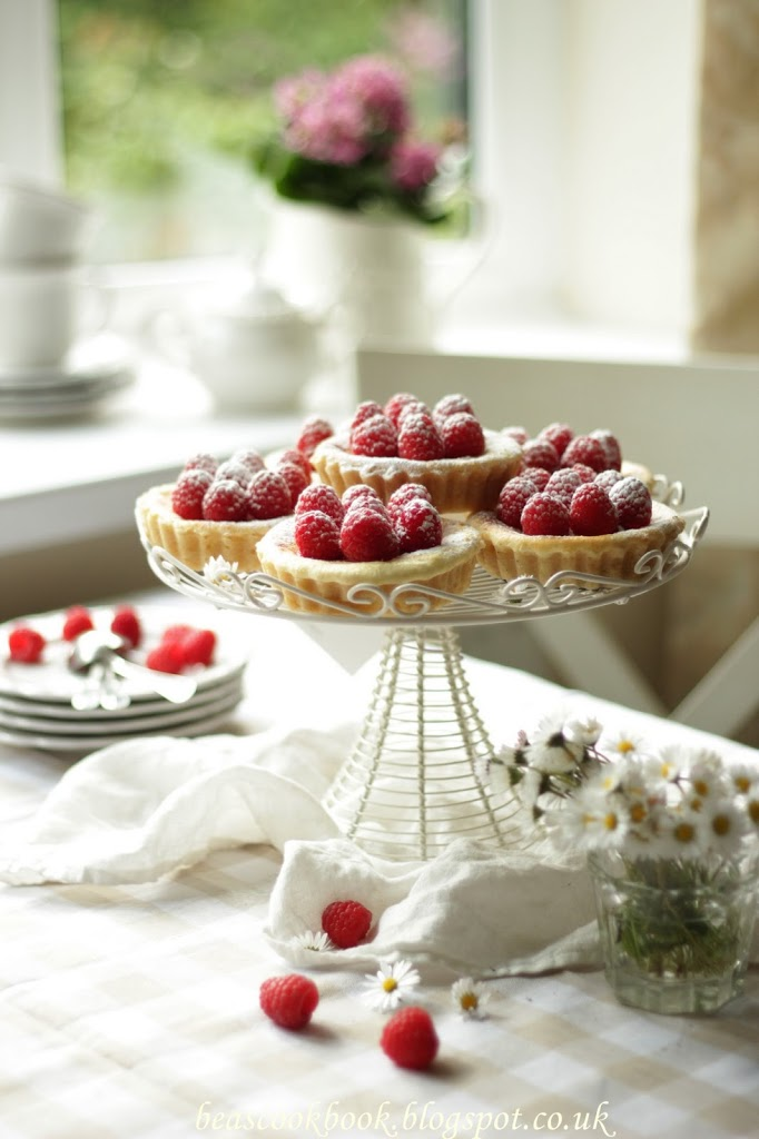 BAKED MINI CHEESECAKES WITH RASPBERRIES